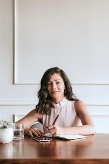 Femme responsabilisante réussie travaillant au bureau