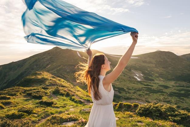 La femme ressent la liberté et profite de la nature
