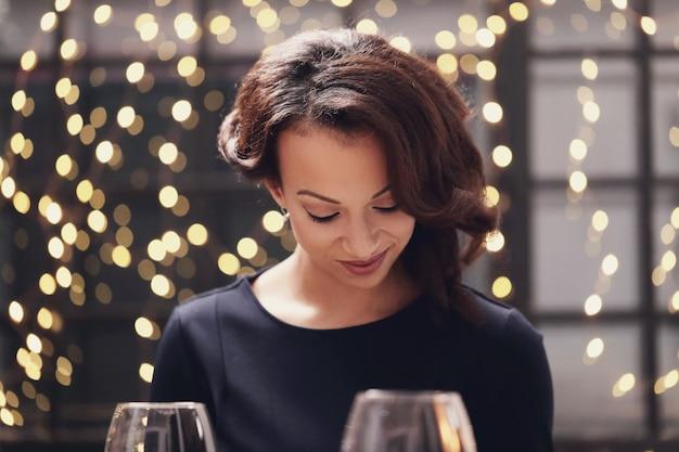 Femme, restaurant, regarder, menu