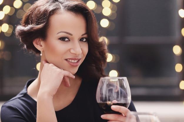 Femme, restaurant, tenue, vin, verre