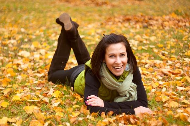 Femme reste dans le parc en automne