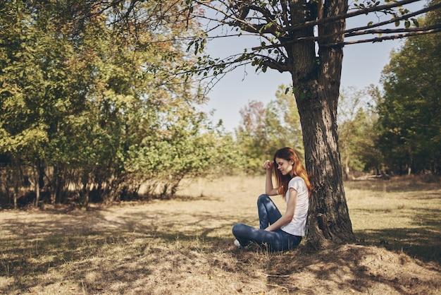 Femme reste dans le voyage de la liberté du soleil à la campagne