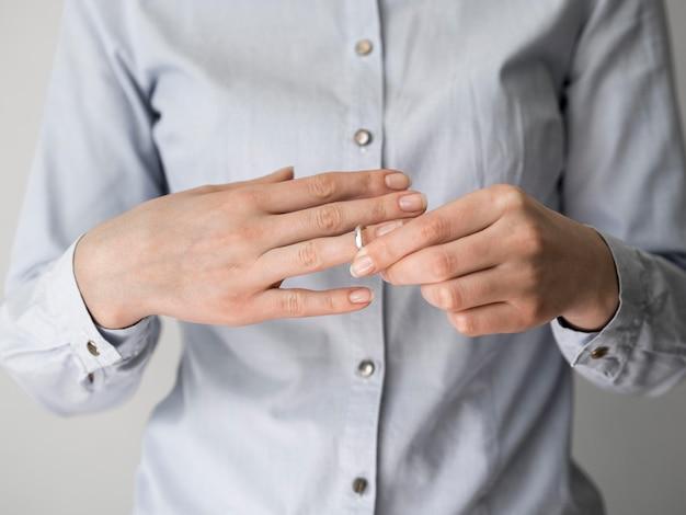 Femme retirant la bague de mariage