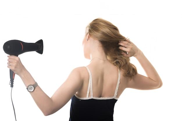 Femme de retour sécher ses cheveux