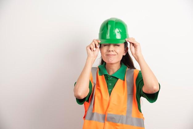 Femme réussie dans le casque portant l'uniforme. photo de haute qualité