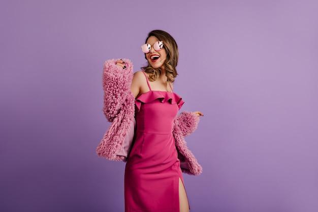 Femme rêveuse posant dans une veste élégante