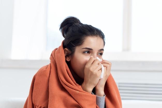 Femme avec un rhume avec un verre d'eau potable problèmes de santé de médecine