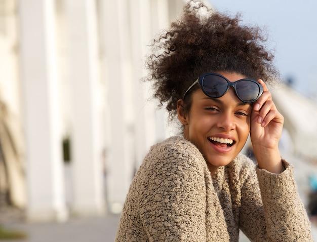 Femme riant à l'extérieur