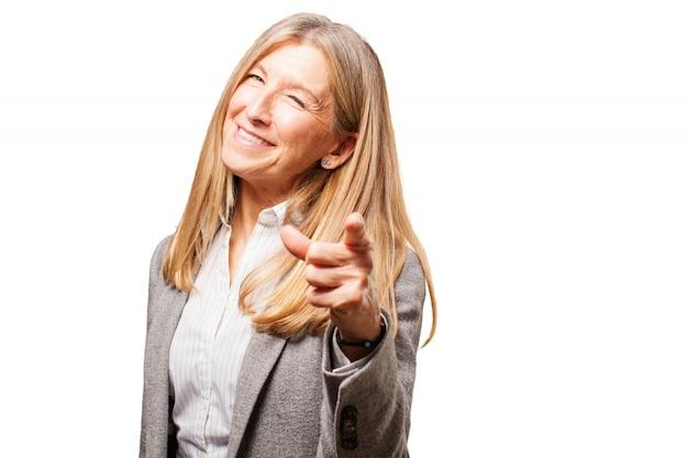 Femme riant et en pointant