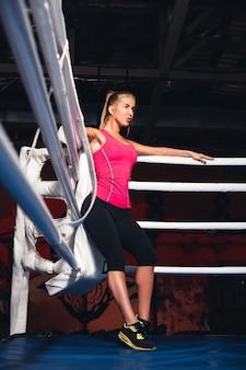 Femme sur le ring de boxe
