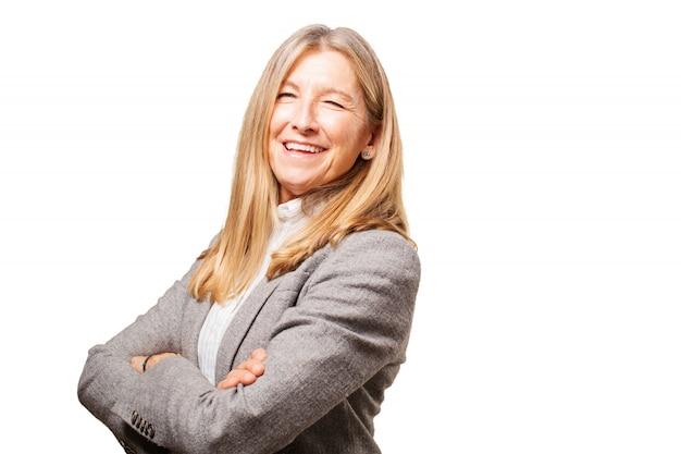 Femme rire avec les bras croisés