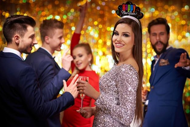 Femme en robe argentée et une couronne