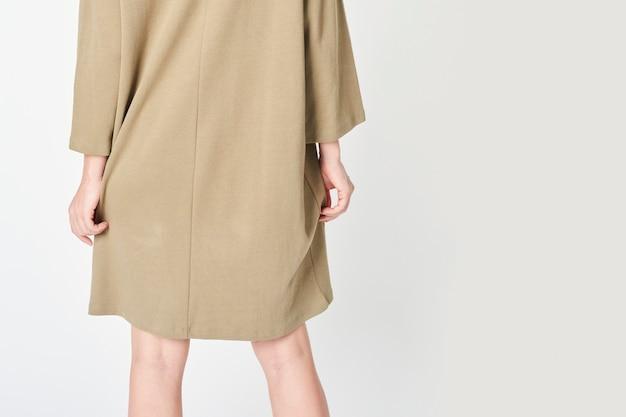 Femme en robe beige