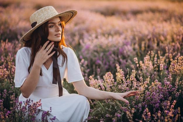 Femme en robe blanche dans un champ de lavande