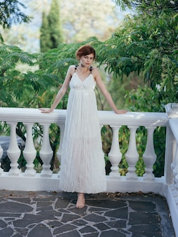 Femme en robe blanche dans le parc grèce luxe