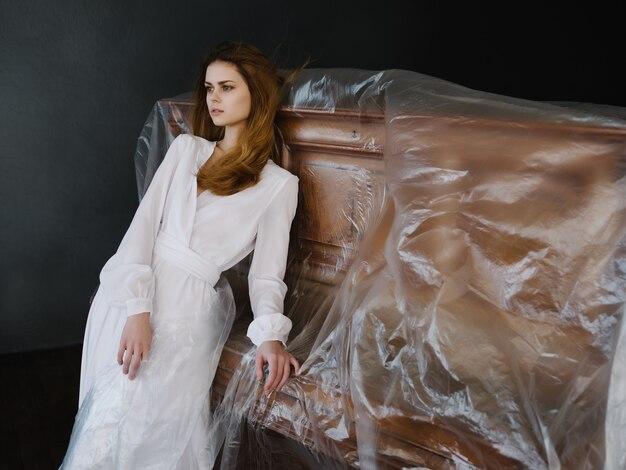 Femme en robe blanche posant près de luxe intérieur piano instrument de musique
