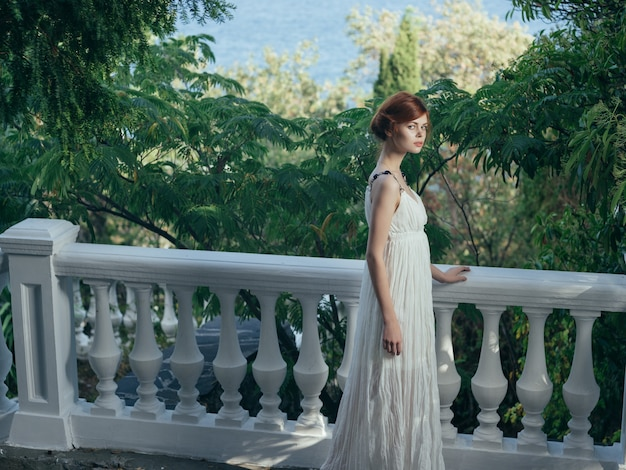 Femme en robe blanche sur la reine de la mythologie de la nature