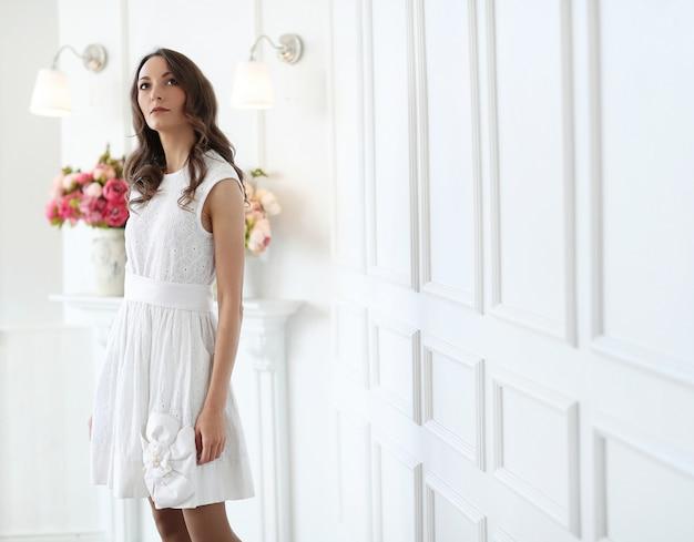 Femme en robe blanche