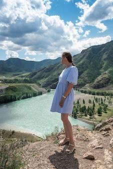 Femme en robe bleue au confluent de deux rivières katun et chuya dans l'été beauté des montagnes de l'altaï...