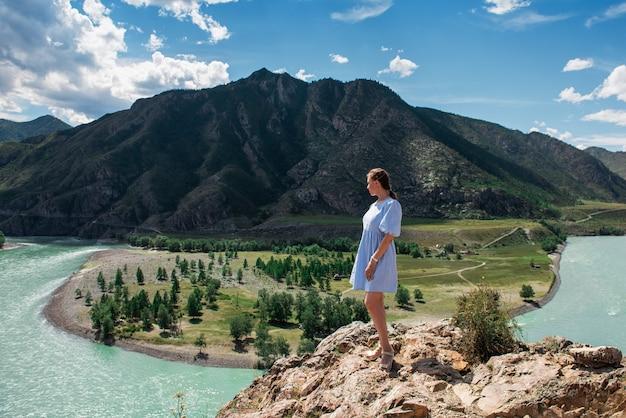 Femme en robe bleue au confluent de deux rivières katun et chuya