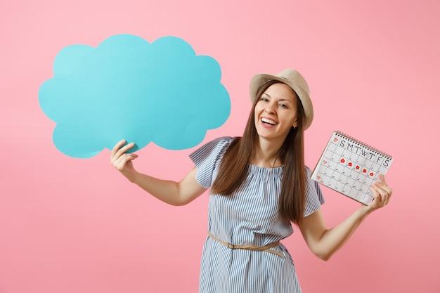 Femme en robe bleue, chapeau tenant vide vide dites nuage, bulle de dialogue, calendrier des périodes féminines, vérifiant les jours de menstruation isolés sur fond. concept gynécologique de soins médicaux. espace de copie.