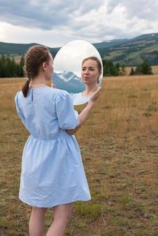 Femme en robe bleue dans les montagnes de l'altaï d'été