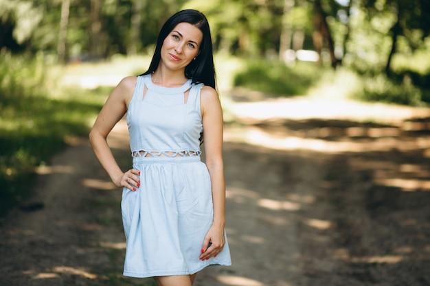 Femme en robe bleue dans un parc