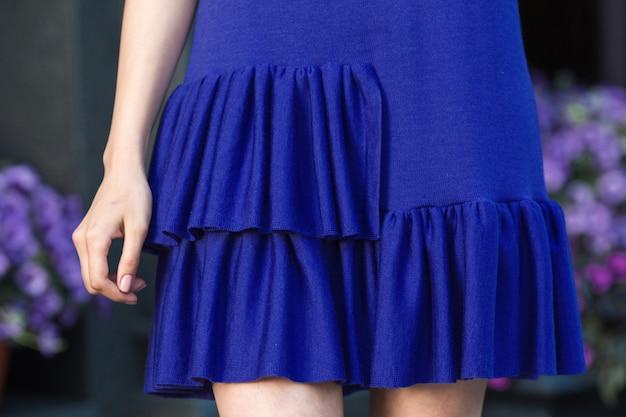 Femme en robe bleue tricotée.