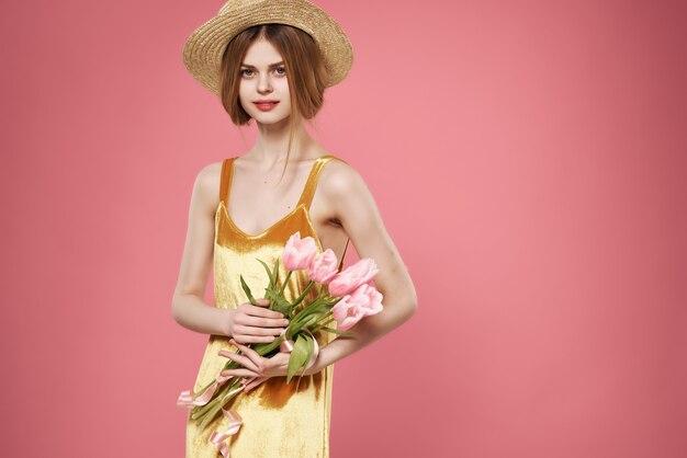 Femme en robe dorée avec bouquet de fleurs décoration charme fond isolé