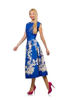 Femme en robe à fleurs bleue longue isolée