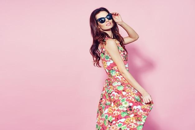 Femme en robe à fleurs