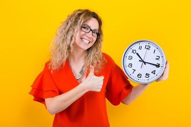 Femme en robe avec des horloges