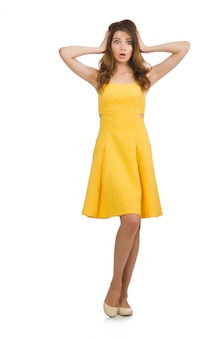Femme en robe jaune isolé sur blanc