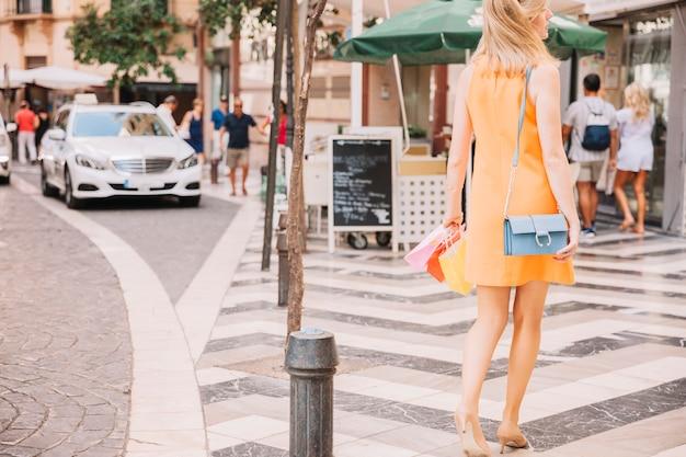 Femme en robe jaune en milieu urbain