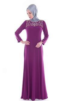 Femme en robe longue et foulard