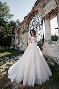 Une femme en robe de mariée, profitant des moments heureux du plus beau jour du mariage.