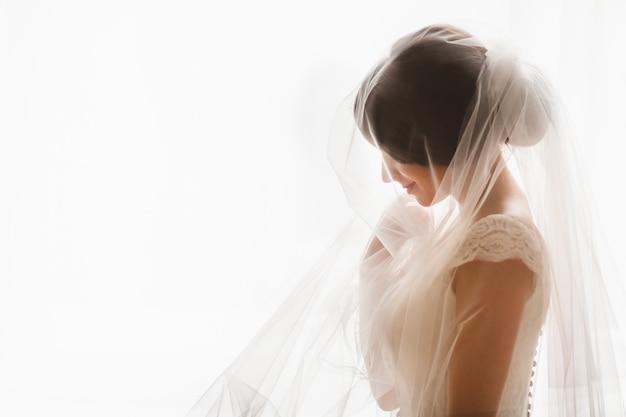 Femme avec robe de mariée