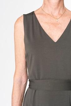 Femme en robe midi noire avec espace design