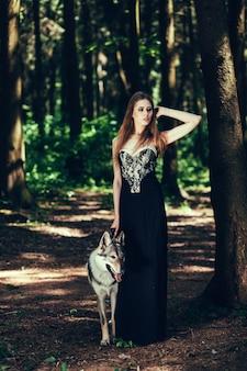 Femme en robe noire avec chien