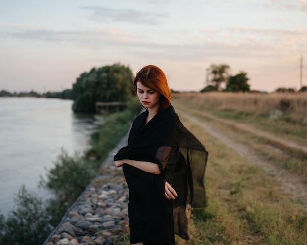 Femme en robe noire mode voyage nature