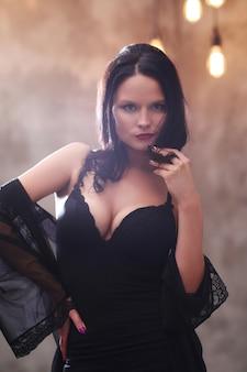 Femme en robe noire