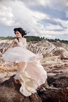 Femme en robe rose dans les montagnes fabuleuses