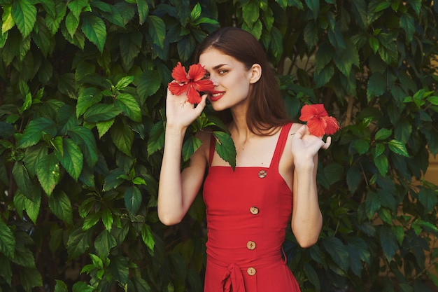 Femme en robe rouge avec fleur