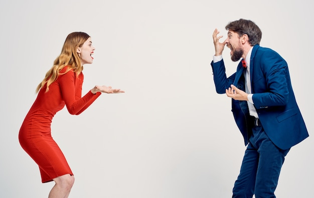 Femme en robe rouge et homme en costume émotions famille studio de luxe