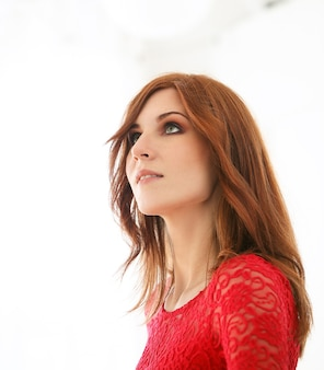 Femme en robe rouge