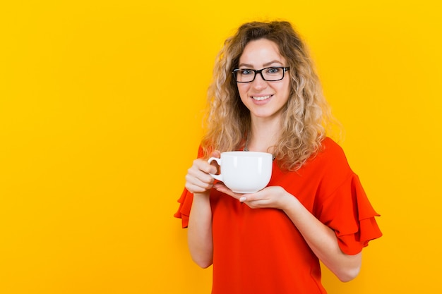 Femme en robe avec tasse