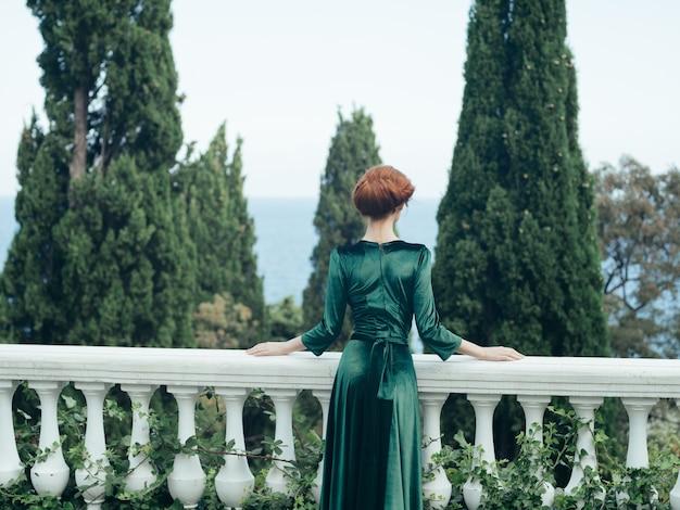Femme robe verte architecture romance vue arrière. photo de haute qualité