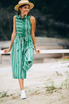 Femme en robe verte à la plage