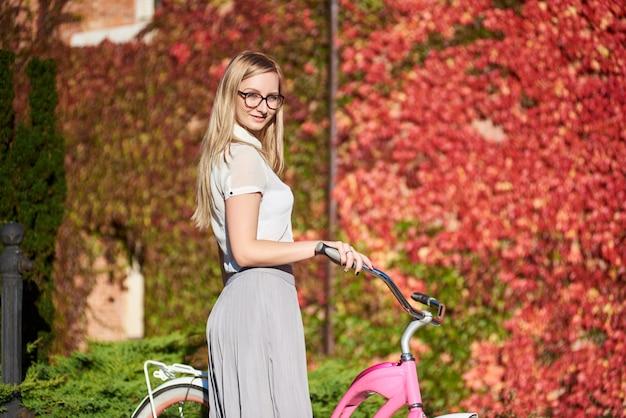 Femme, à, rose, dame, bicyclette