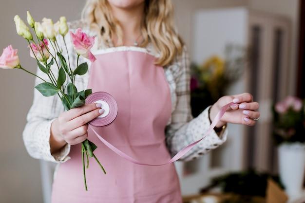 Femme avec des roses et ruban